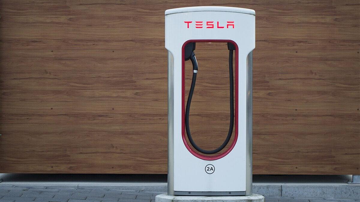tesla-gibt-50-%-rabatt-an-supercharger-saeulen
