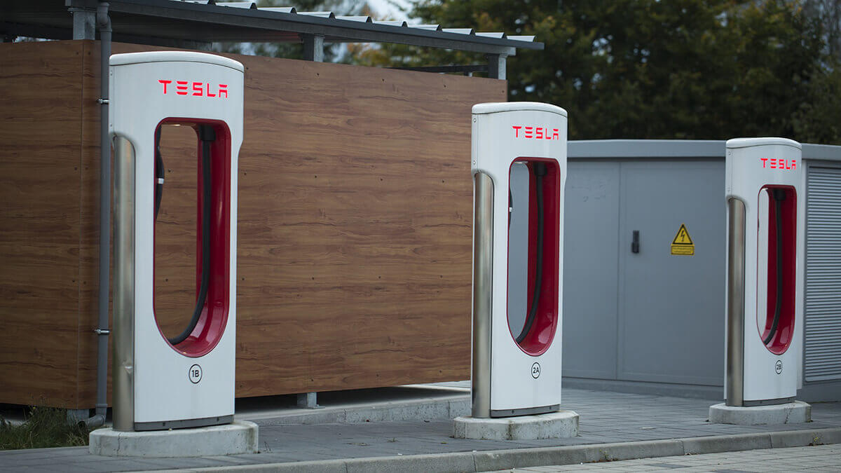 tesla-plant-mega-supercharger-station-mit-retro-restaurant
