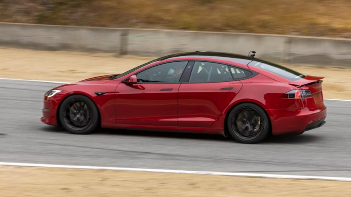Tesla Model S Plaid auf Rennstrecke mit neuem Feature entdeckt