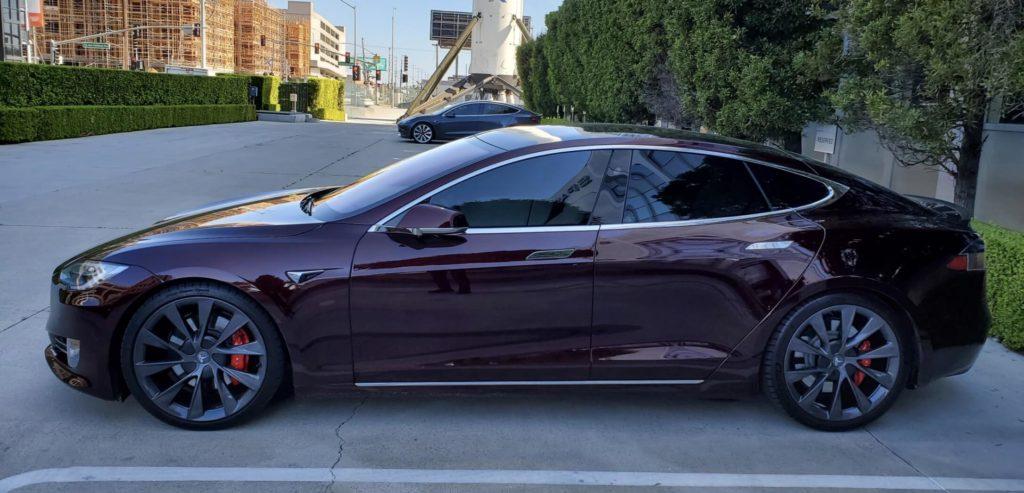 "Elon Musks Tesla Model S mit dem neuen Farbton ""Deep Crimson"""