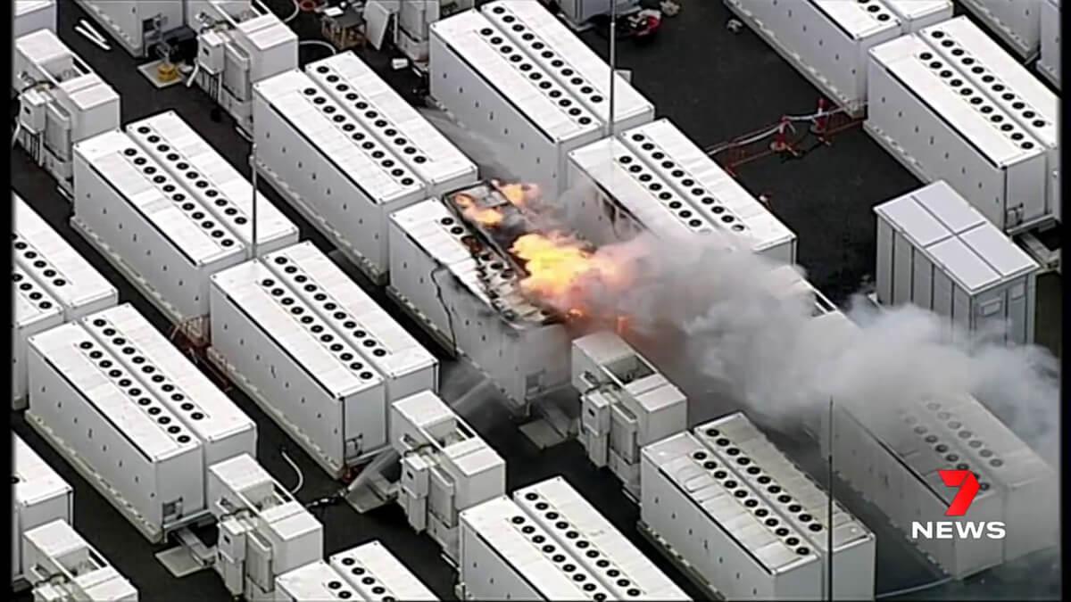Tesla Megapack steht in Flammen bei Energieprojekt in Australien