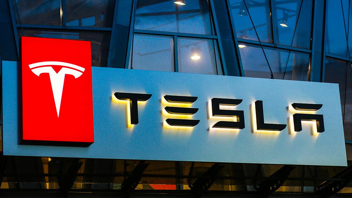Tesla-Fahrzeug mit Autopilot erneut in Unfall verwickelt – Auto krachte in Polizeiwagen