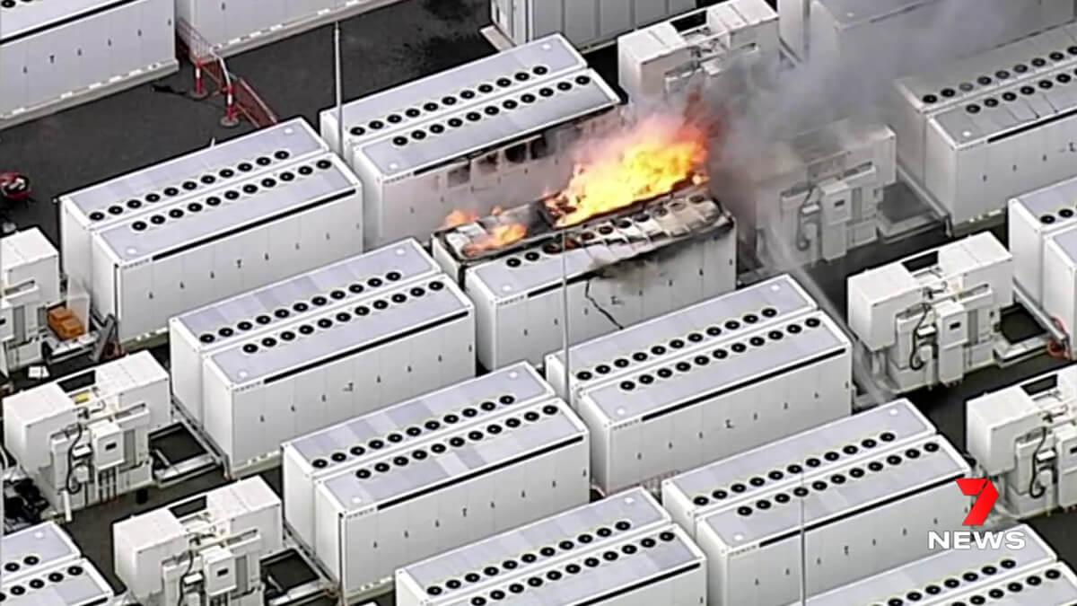 Tesla Megapack brannte 4 Tage lang – über 100 Feuerwehrkräfte im Einsatz