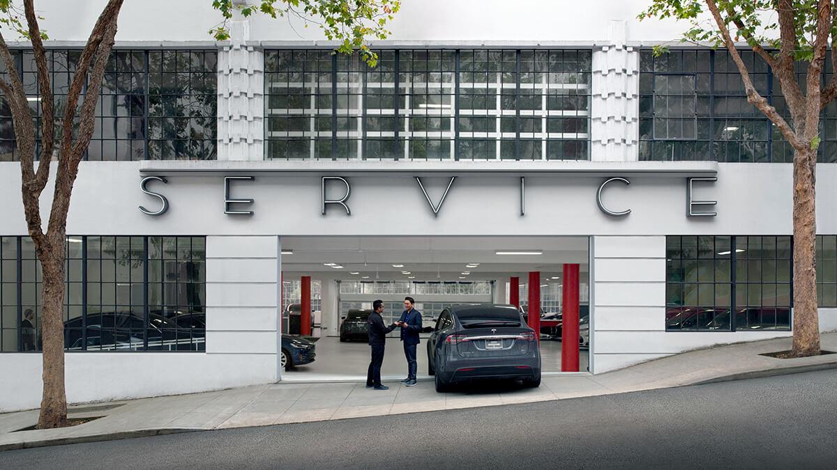 """Elon Musk stellt Tesla-Mitarbeiter auf """"verrücktestes Quartal, das Tesla je hatte""""ein"""