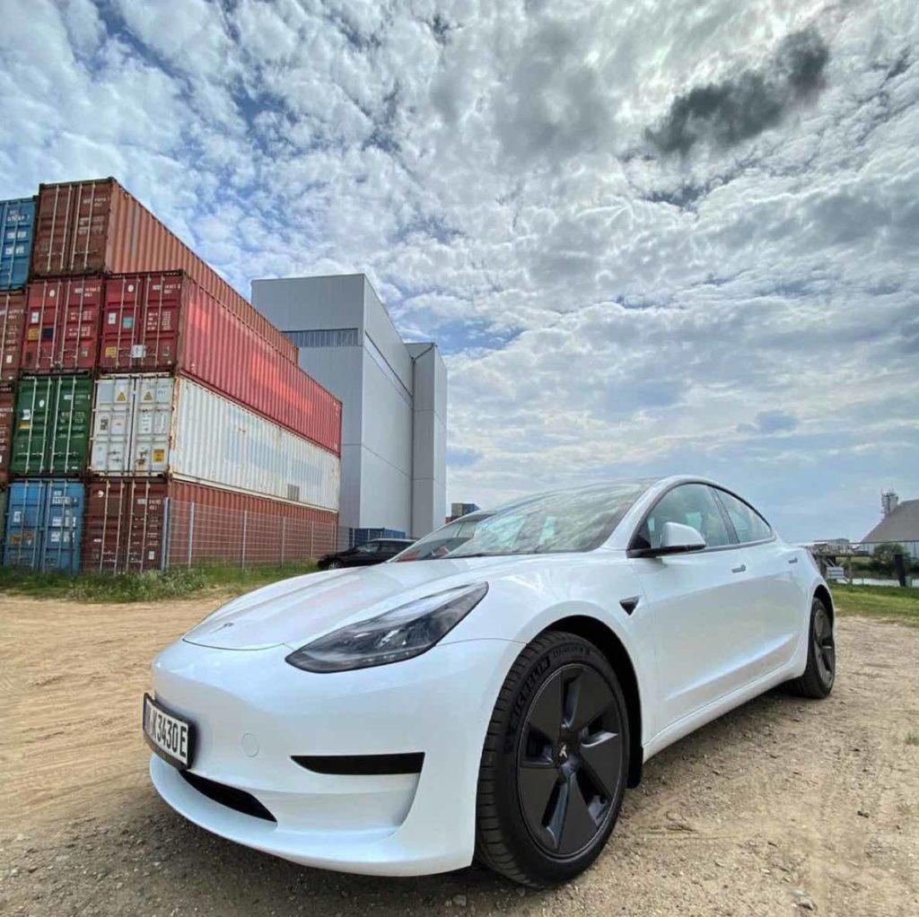 Bild von Tesla Model 3 vor Containern in Hamburg nach der Abholung