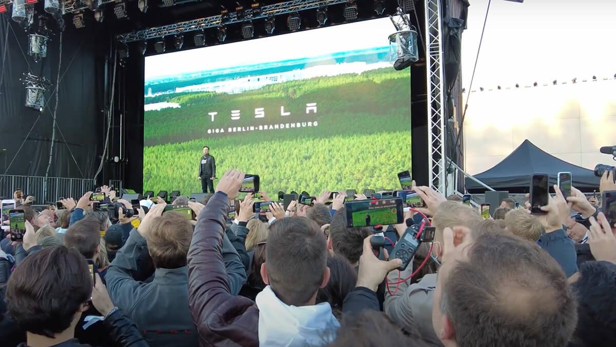 """Tesla-CEO Musk kündigt bei Event in Grünheide """"Gigabier"""" an"""